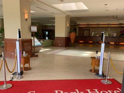 ホテルのエントランスにサーモグラフィカメラ2台が仲良くお出迎え